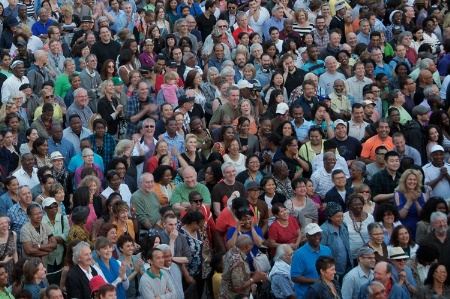 large_crowd_of_people_at_festiva_450
