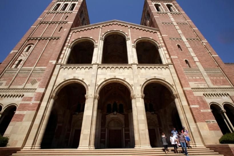 Students walk on the University of California Los Angeles (UCLA) campus in Los Angeles, September 18, 2009. REUTERS/Lucy Nicholson (UNITED STATES EDUCATION) - RTR280TN